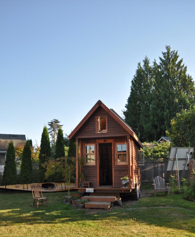 Tiny_house_in_yard,_Portland